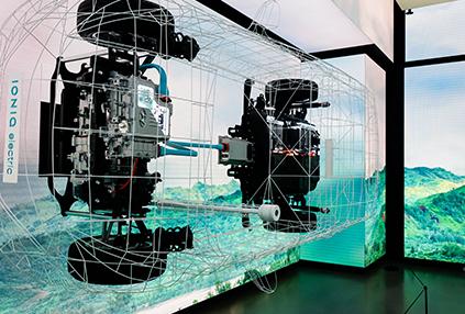 以IONIQ電子汽車為主題佈置的現代汽車工作室