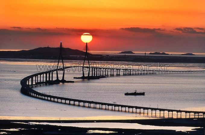 Sunset over the Incheondaegyo Bridge