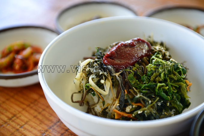 Bibimbap(Cooked Rice Served with Vegetables and Sometimes Meat to Mix in the Bowl at the Table)