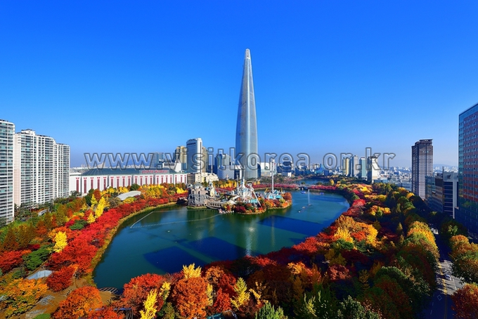 Lotte World Tower and Seokchon Lake (autumn)