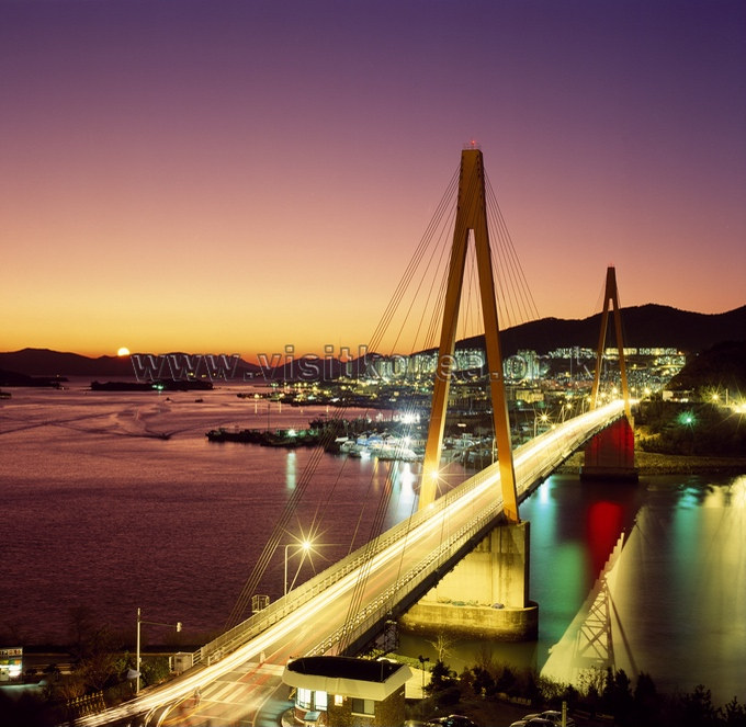 Night view of Dolsan Bridge