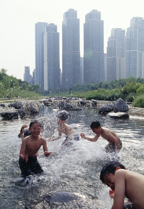 Chidren in Yangjaecheon Stream 