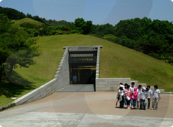 Royal Tombs of the students waiting in line at the door Songsan-ri