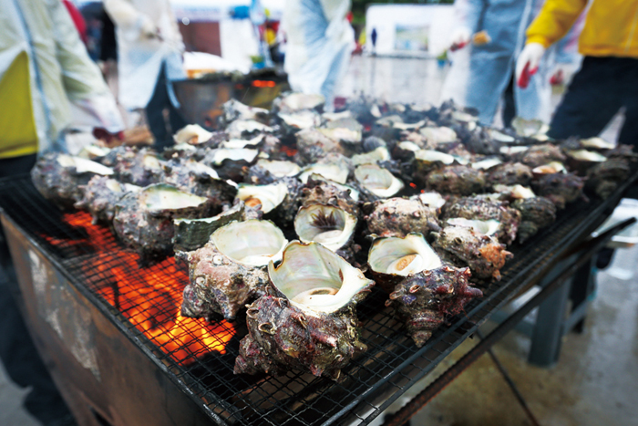 Grilled shellfish at Hoeyang Gwa Guksugun
