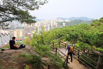 从北汉山上眺望到的首尔市区