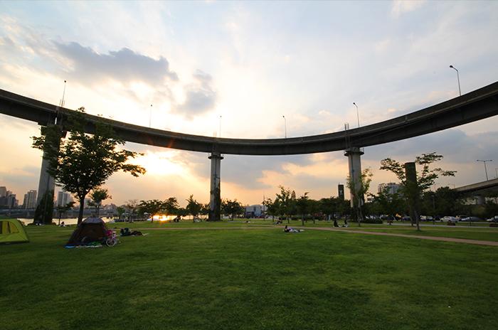 在蠹岛汉江市民公园里休闲娱乐的人们