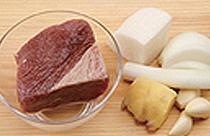 牛胸肉400克、水3升、调味料(大 葱10厘米、洋葱50克、萝卜50克、蒜5 瓣、生姜10克)