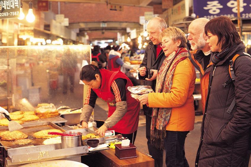 在南大門市場享受購物樂趣的外國遊客