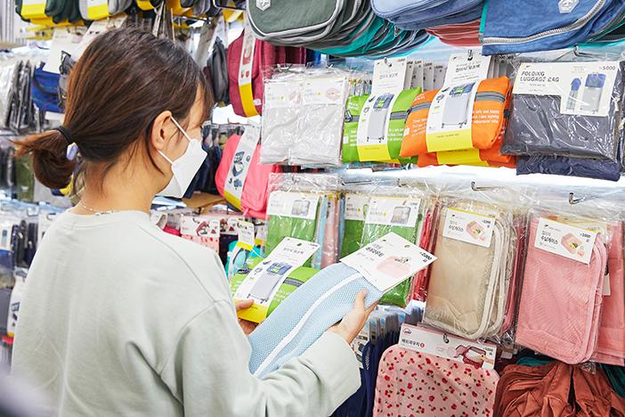 "Shopping in einem ""1.000 Won-Shop"" in Korea_image01"