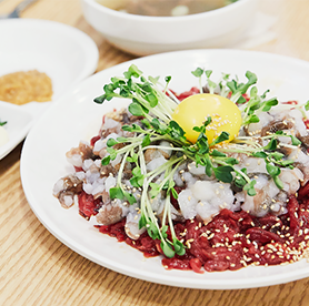 Is this your first time to try yukhoe tangtangi? Challenge at Gwangjang Market, you'll either love it or hate it