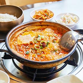 Kimchijjigae preparado por uno mismo y huevos fritos ilimitados