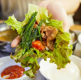 Köstliches dwaeji bulbaek in einem gisa sikdang in Yeonnam-dong