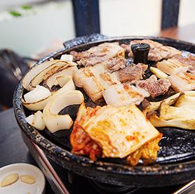 食べたら虜!サムギョプサルと焼いたキムチのコラボレーション