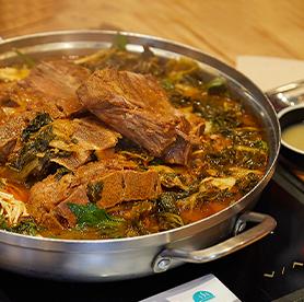 Gamjatang, sopa de hueso de cerdo y arroz bokkeumbap al final