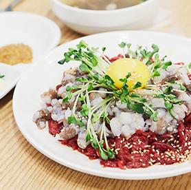 還沒吃過活章魚生拌牛肉?讓人又好奇又害怕的廣藏市場名物,來到廣藏市場一定要試試活章魚+生牛肉!