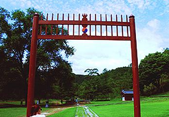 荘陵の紅サル門
