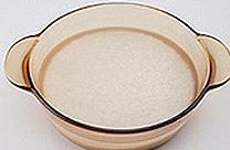 鍋に米と同じ量の水を入れる