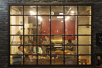 内方洞カフェ通り内、ヴィンテージ風のカフェ