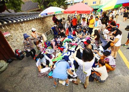 Блошиные рынки в районах Хванхак-дон и Тонмё (Источник: TimeOut Seoul (справа))
