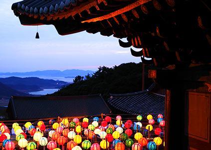 Храм Михванса с зажжёнными фонарями (Источник: Ассоциация буддийской культуры в Корее)