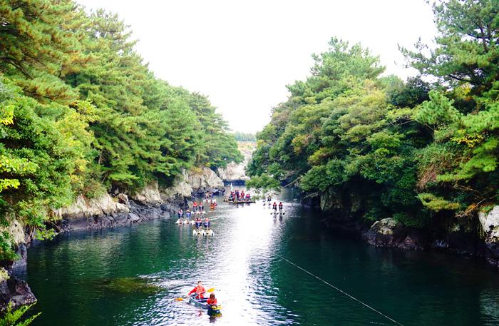 Путешественники катаются на каяках и лодке тхэу в устье Свесоккак (сверху)