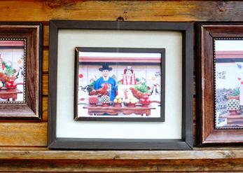 Памятные снимки после традиционной свадебной церемонии (слева)