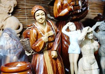 Традиционные поделки и сувениры, которые изготавливают умельцы в фольклорной деревне (справа)