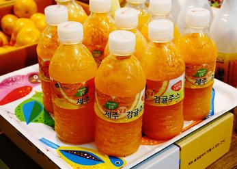 Сок из мандаринов (слева)
