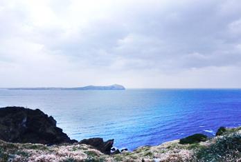 Вид на море с пика Сонсан ильчхульбон (снизу слева)