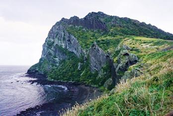 Вид на отвесные скалы пика Сонсан ильчхульбон (снизу справа)