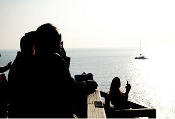 Туристы любуются видом на море с видовой площадки (снизу слева)