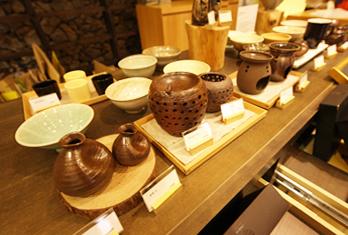 Различная чайная утварь, выставляемая в музее чая (снизу слева)
