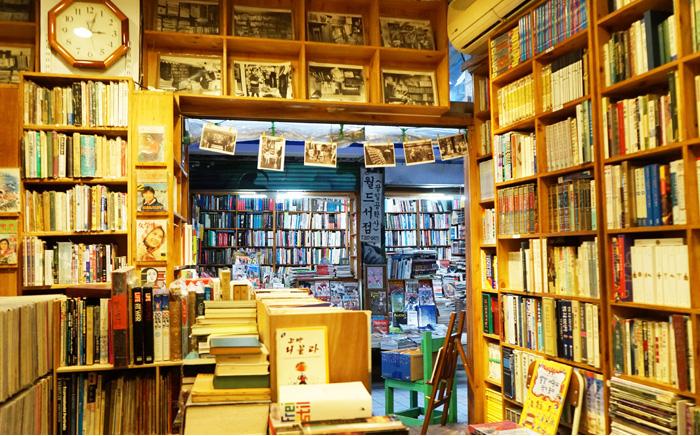Книжные проулки в районе Посу-дон