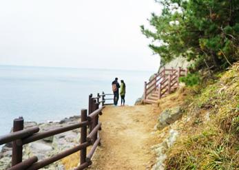 Прогулочная дорожка вдоль морского побережья на территории Городского парка в живописном месте Игидэ