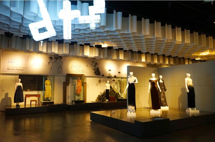 Выставочный зал с одеждой различных эпох