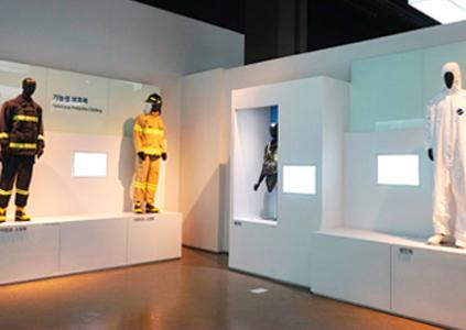 Выставочный зал с функциональной одеждой