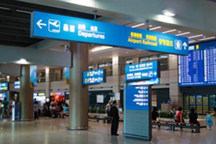 1. Следуйте по указателю «Airport Railroad» в зале прилета
