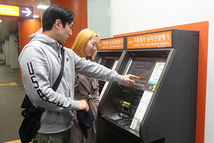 Автомат для покупки билетов и лаунж-зона для клиентов (Источник: AREX)
