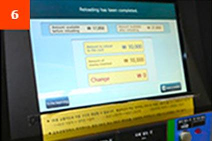 6. Спустя некоторое время на дисплее отобразится баланс карты (до и после пополнения счета), и вы сможете забрать ее.