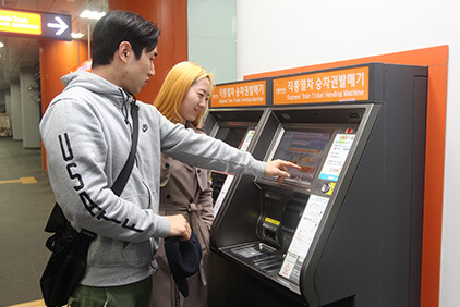 Máquinas automáticas de billetes y Sala de espera (cortesía de AREX).