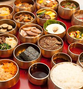 Todos los platos en la misma mesa al mismo tiempo