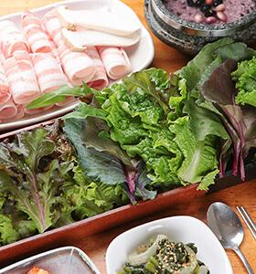 Ssam, costumbre de envolver la comida en verduras frescas