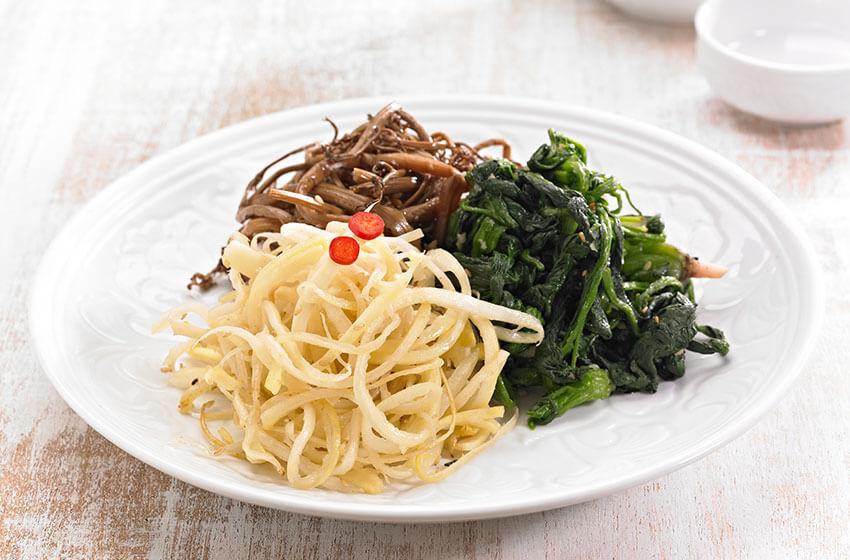 """""""Namul"""" (platos de vegetales o verduras silvestres)"""
