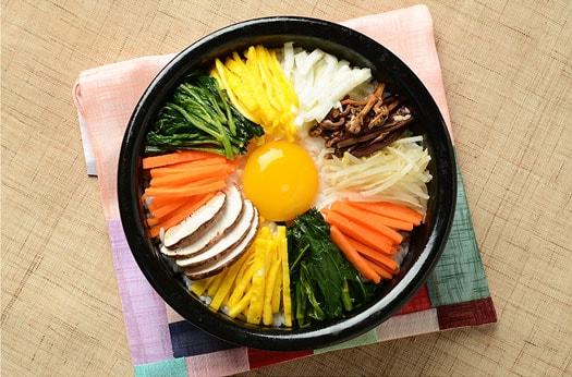 Bibimbap (mezcla de arroz con surtido de vegetales)
