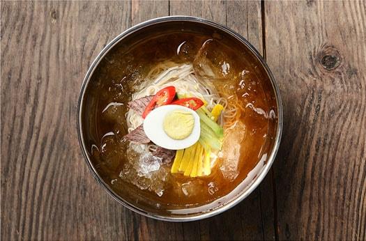 Naengmyeon (fideo de alforfón frío)