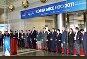 Korea MICE EXPO 2011에 참가한 관계자들이 일렬로 앞을 보고 서있다