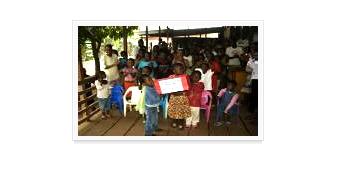 아프리카 지역 사회복지기관에 모여있는 아이들사진