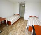 2인실 기숙사 내부(양쪽 벽에 각각 침대와 책상이 놓여있음)