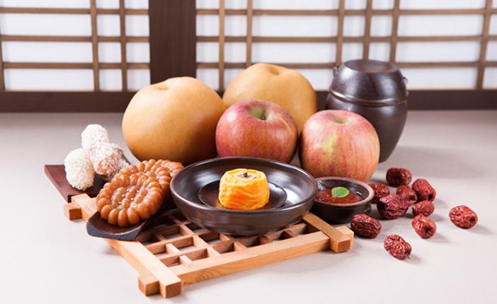 Comida en la mesa de ofrendas <em>charyesang</em> (cortesía de Hwankyung Ilbo).