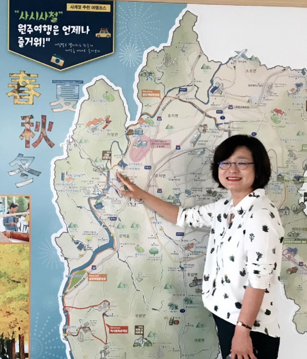 조은희 주무관이 원주여행지도를 가리키며 서 있다